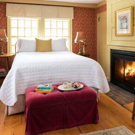 Kennebunkport B&B - Bourne Room bed and fireplace