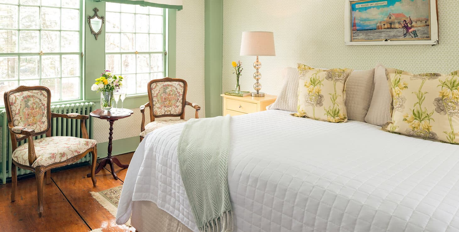 Kennebunkport bed and breakfast - Lyman Room bed and sitting area